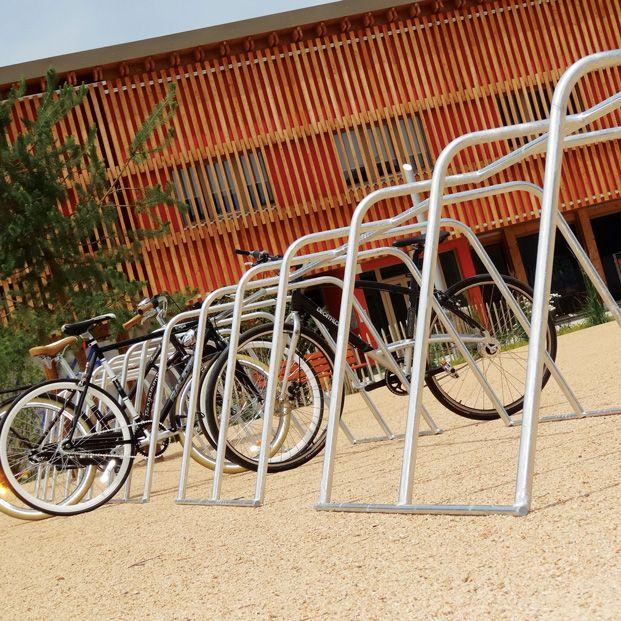 racks de stationnement temporaires pour vélos installés