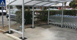 Abri vélo ALTAO Curve sur un parking de zone commerciale