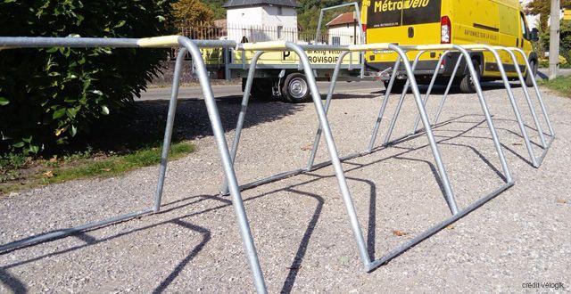 racks de stationnement temporaires déployés