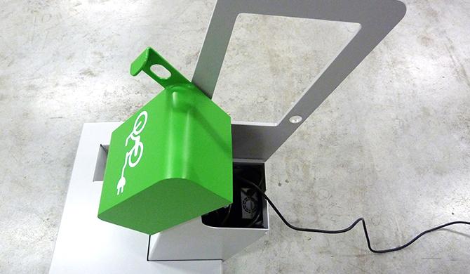 borne de recharge VAE ALTAO® Parco ouvert avec un chargeur branché