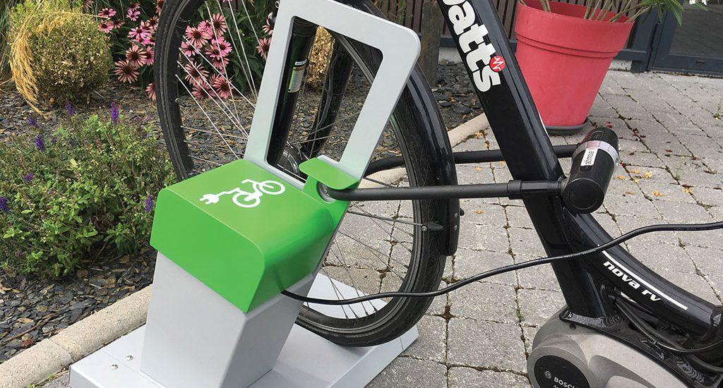vélo électrique stationné avec antivol en U et en charge