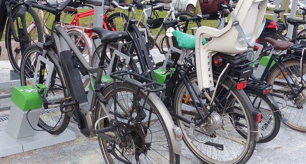 vélos électriques stationnés en recharge électrique