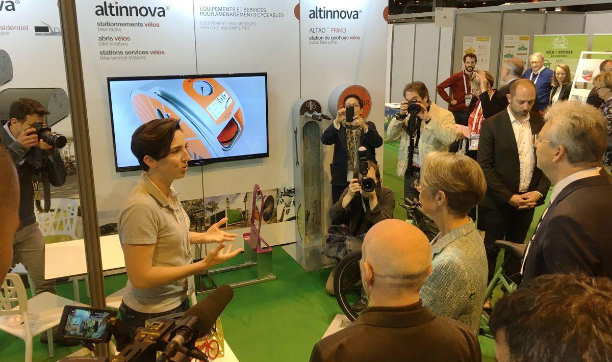 échange avec la ministre des transports sur le stand Altinnova Transports Publics