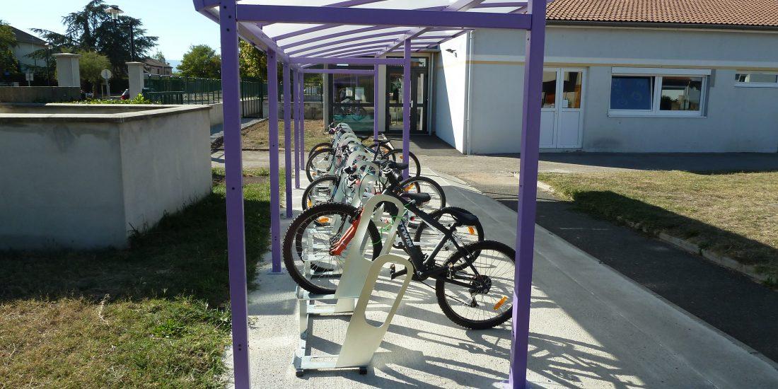 un parking à vélos déjà utilisé par les écoliers