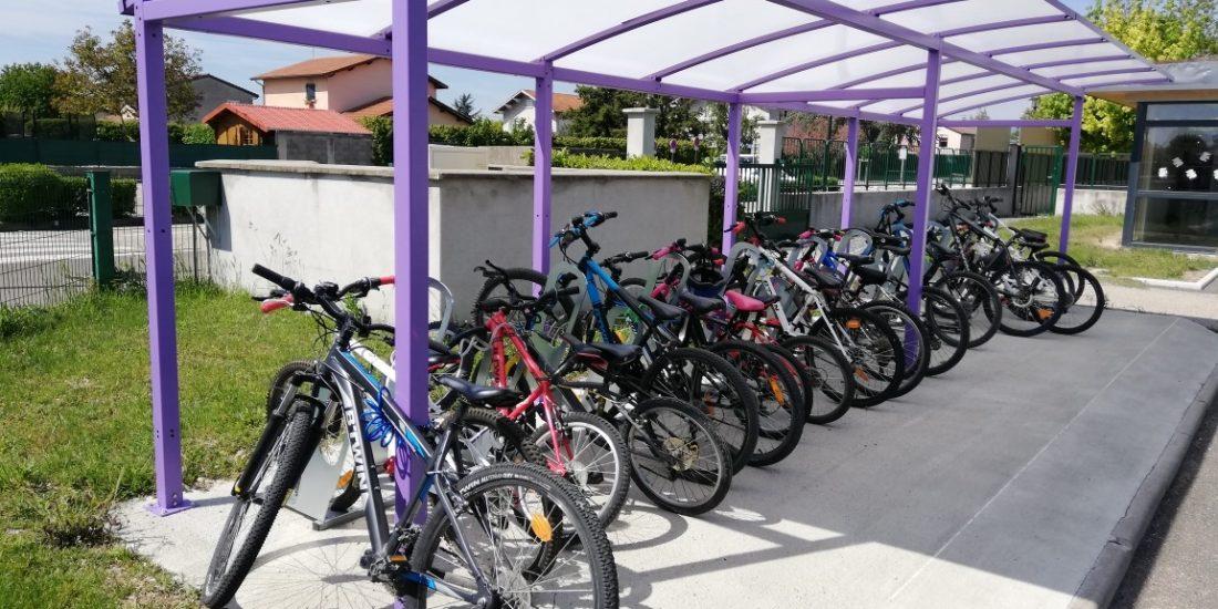 parking à vélos de Bonson avec les vélos des élèves