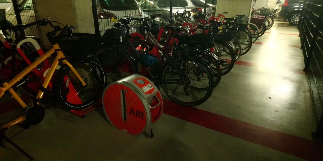 pompe à vélo du parking à vélos en entreprise