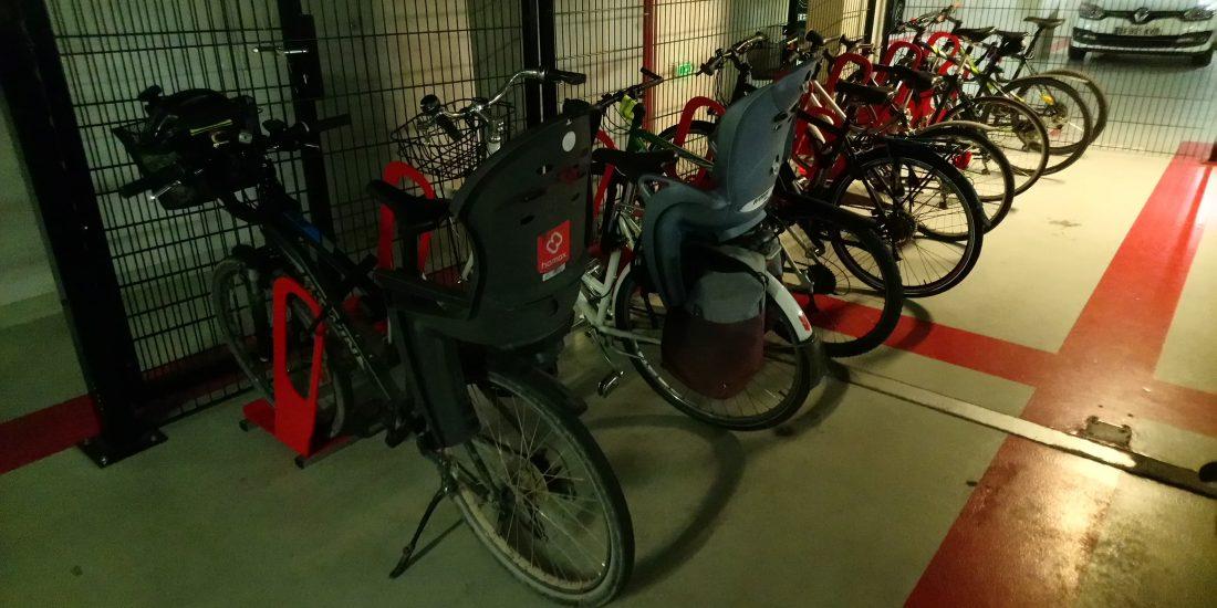 parking à vélos en entreprise bien rempli