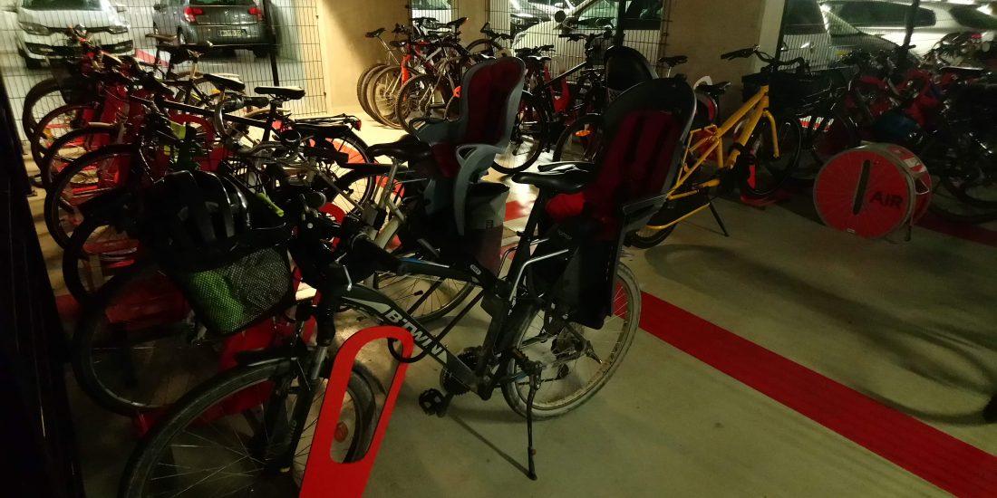parking à vélos en entreprise rempli de vélos