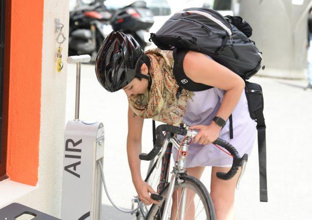 utilisation du gonfleur vélo en libre-service Franprix