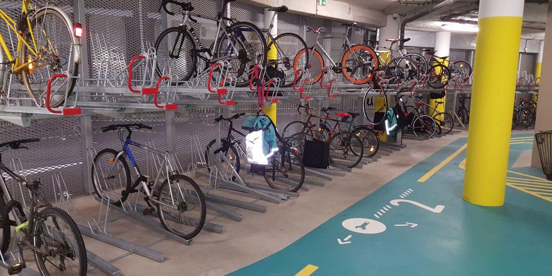 racks déjà remplis de l'espace vélo équipé et sécurisé de la gare Lille Flandres
