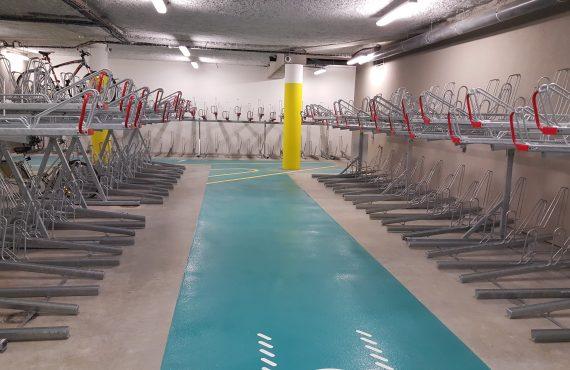 racks dans l'espace vélo équipé et sécurisé à la gare Lille Flandres