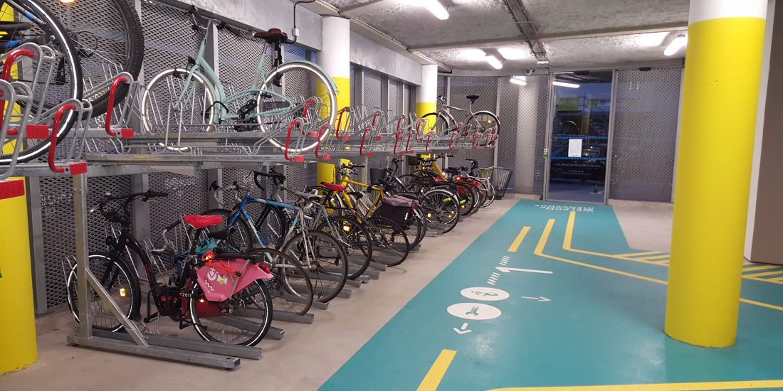 entrée de l'espace vélo équipé et sécurisé en gare de Lille Flandres