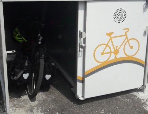 box à vélos pour cyclotouristes avec un vélo de randonnée à l'abri