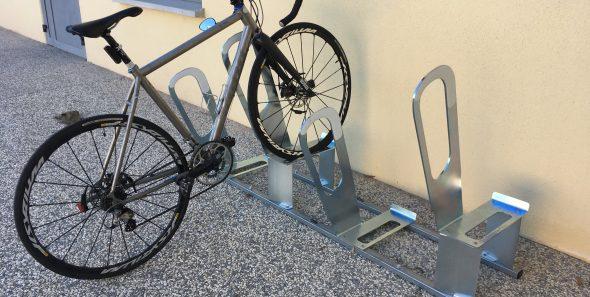 vélo sur rack des parkings à vélos urbains ALTAO Parco