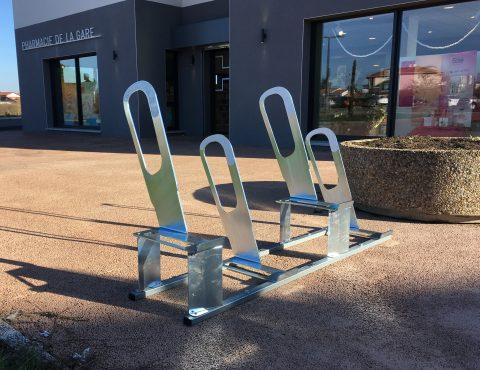 parkings à vélos urbains devant la pharmacie à Bonson