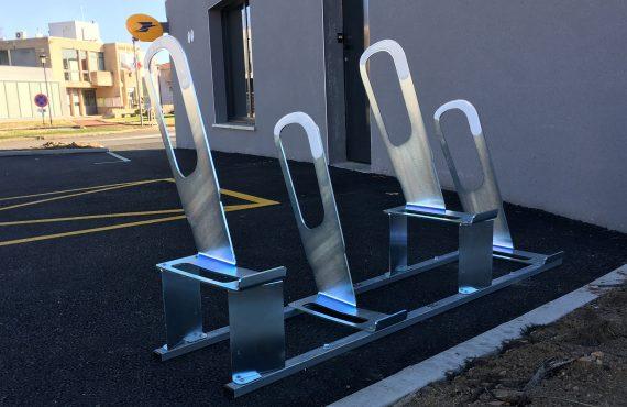 parkings à vélos urbains devant la poste de Bonson
