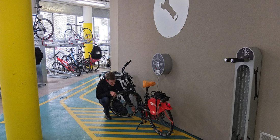 station réparation vélo équipé et sécurisé de la Vélostation Lille Flandres