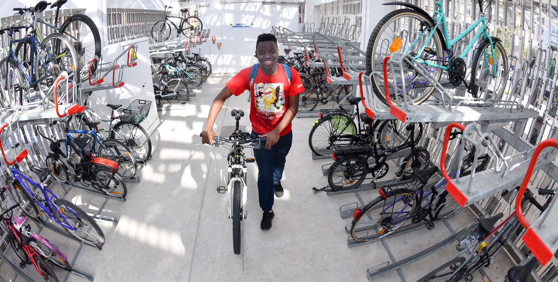 intérieur du parc à vélos sécurisé de la gare de Dunkerque