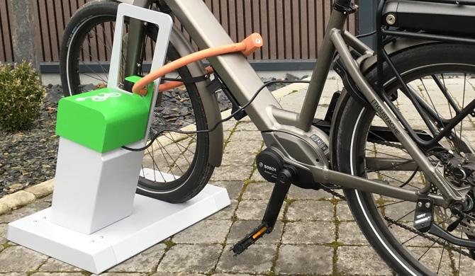 borne de recharge VAE ALTAO® Parco avec un vélo branché
