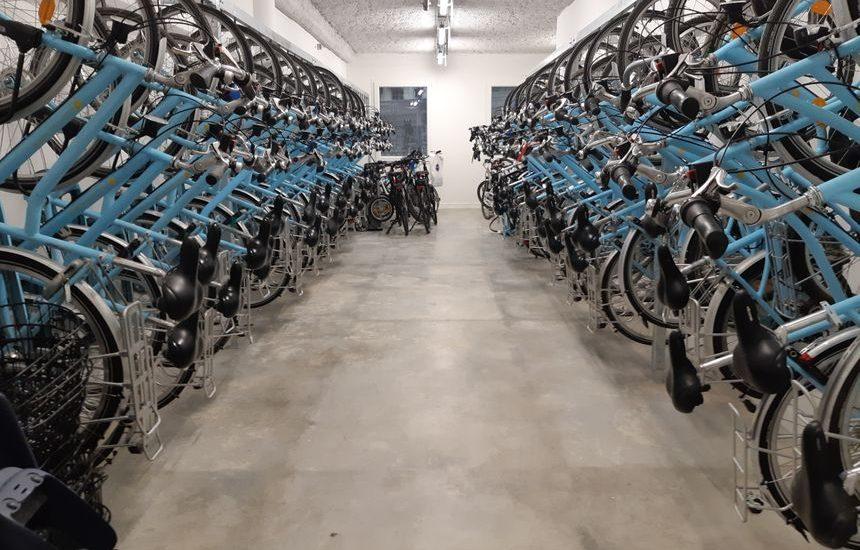 Stockage des vélos de location sur crochets dans la vélostation du pôle d'échanges multimodal de Chambéry