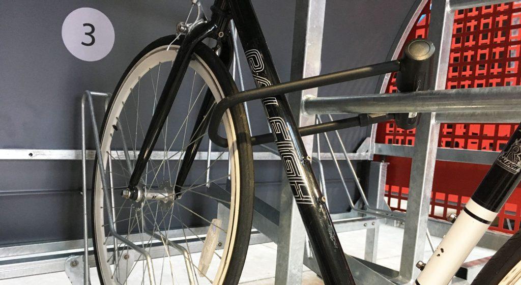 vélo attaché avec un U dans un box à vélo ALTAO Cover de Lille