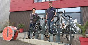photo de Corinne Verdier et Julien Lefebvre dirigeants d'Altinnova devant l'entreprise