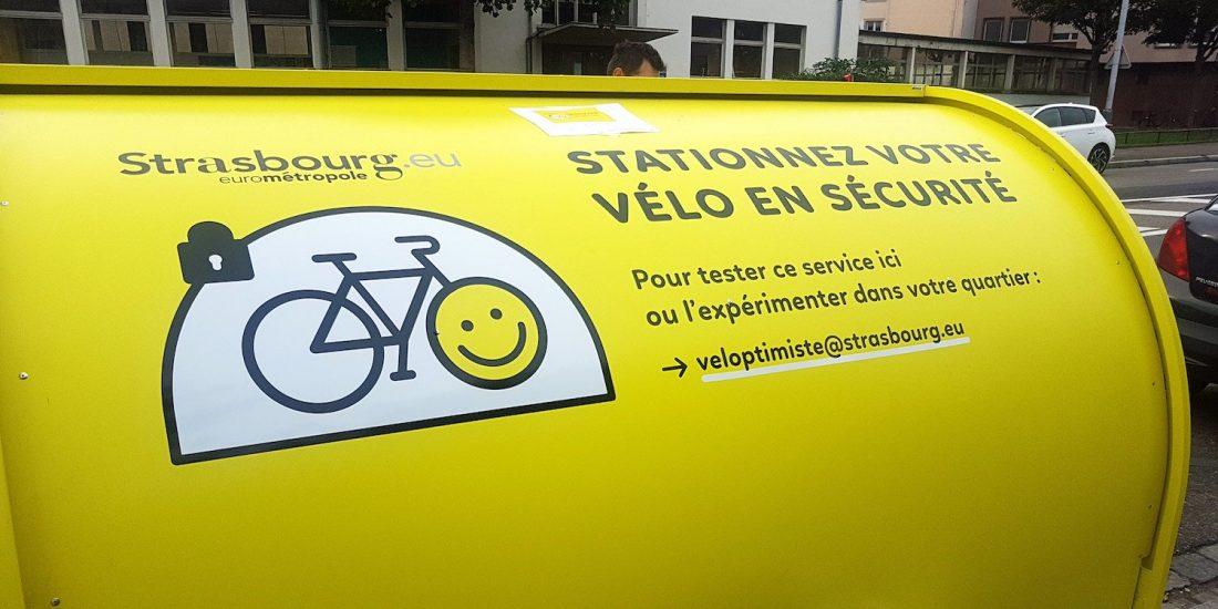 détail de la porte coulissante du vélobox
