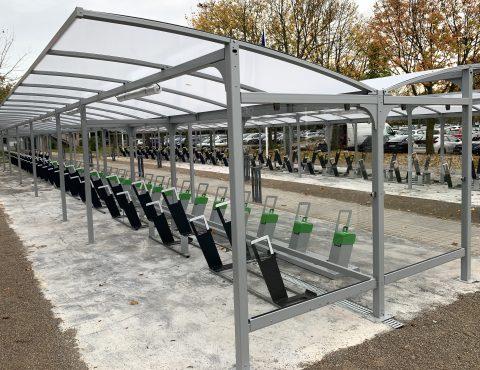 Abris vélos ALTAO Curve avec racks et bornes de recharge ALTAO Parco