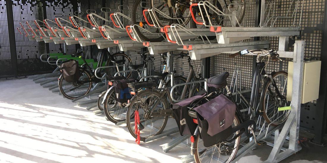 racks double niveau pour stationner les vélos