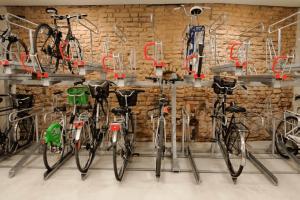 local à vélos équipé de racks de stationnement en double-étage