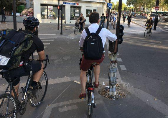 exemple d'aménagement cyclable avec des cyclistes à Paris