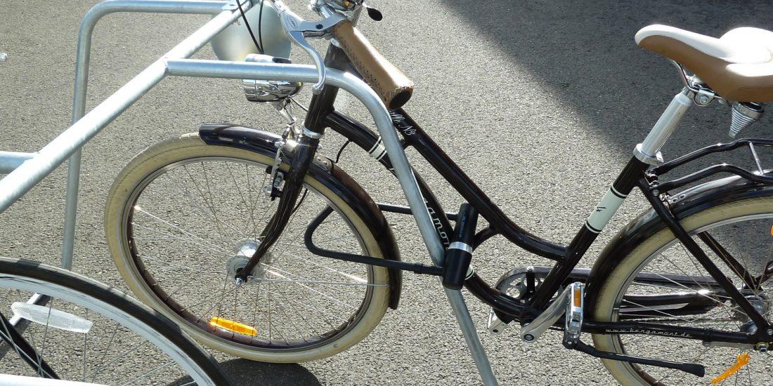 vélo attaché avec un antivol sur un rack ALTAO Mobile