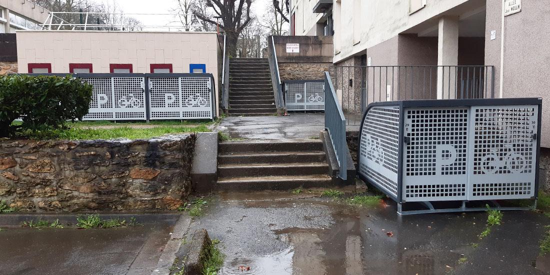 Plusieurs box vélos sécurisés posés dispersés dans les espaces disponibles