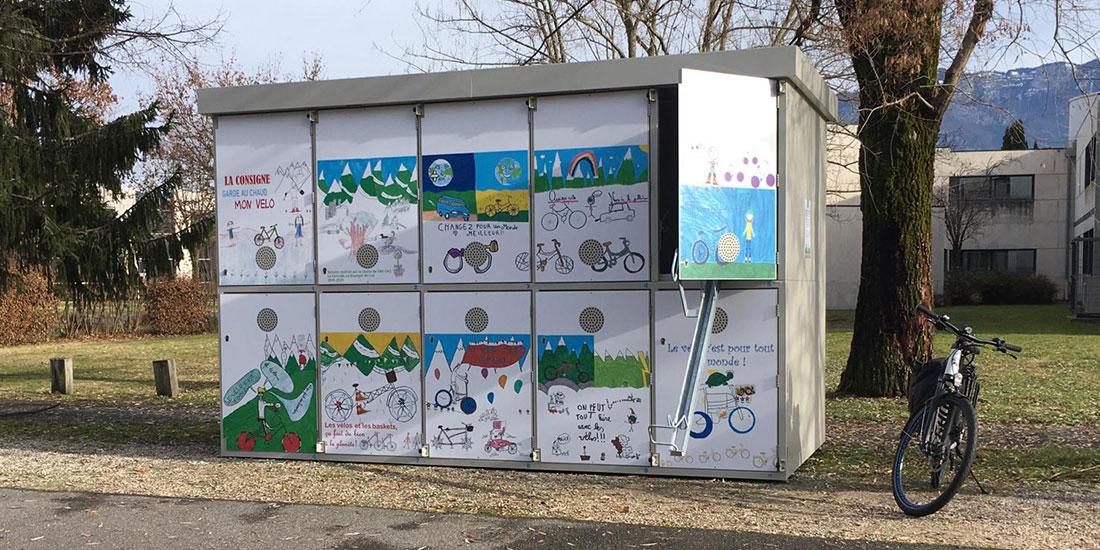 Consigne vélo sécurisée avec des dessins d'enfants