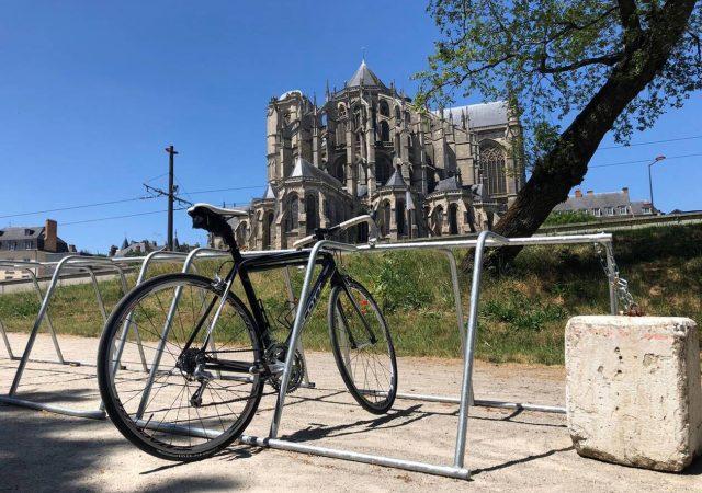 parking vélo près de la cathédrale du Mans