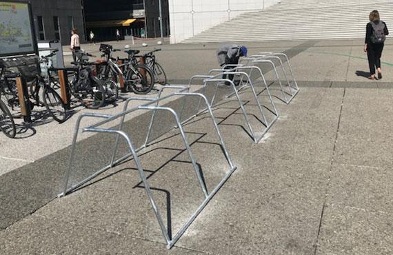 nouveau mobilier urbain vélo à Paris La Défense