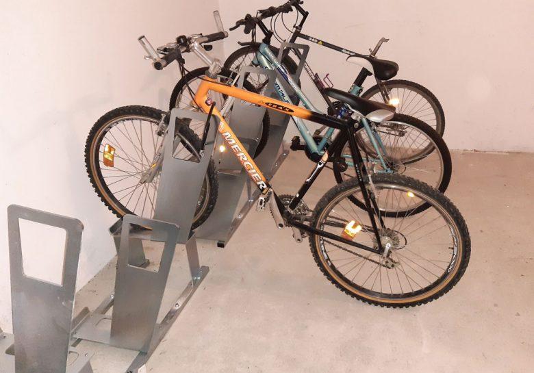 local à vélos aménagé avec des racks ALTAO Parco
