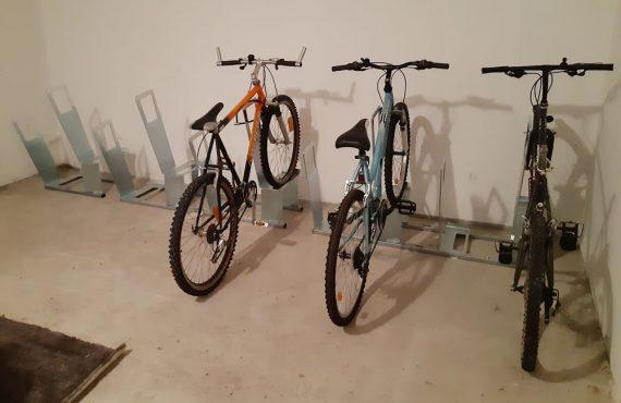 appuis vélos installés dans un local dans un immeuble