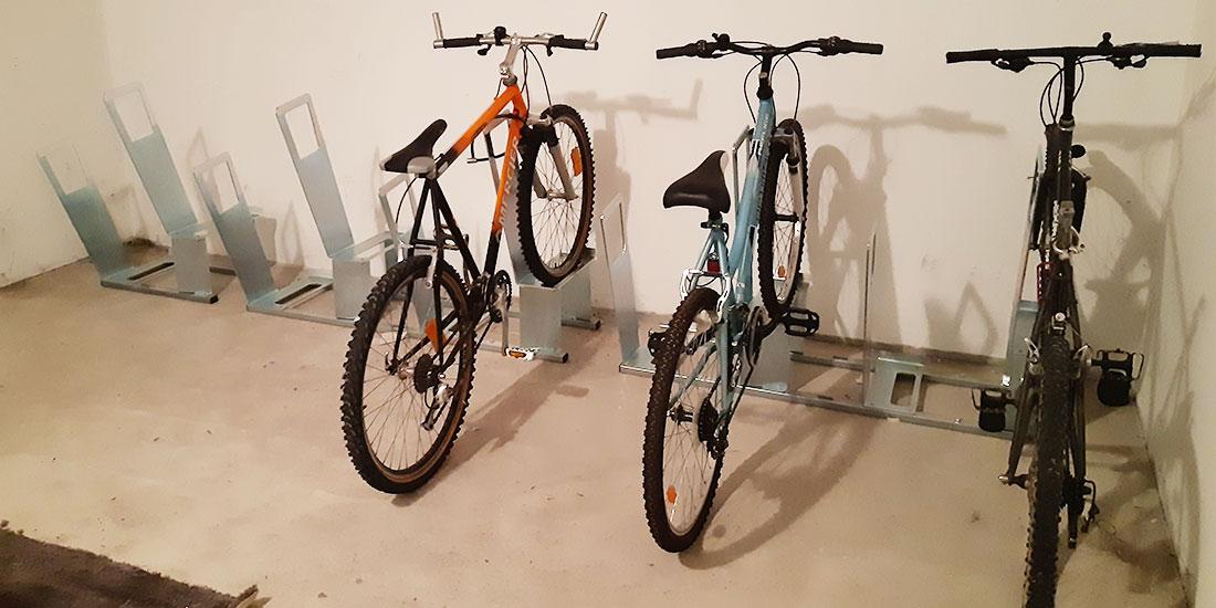 parking à vélos aménagé dans un immeuble