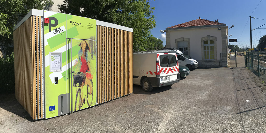 Abri vélo solaire Cigogne installé dans une gare de Bourgogne