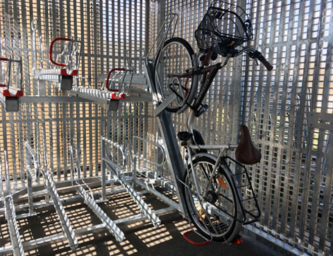 Statinnement vélo à l'intérieur d'un abri Cigogne solaire