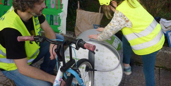 station de gonflage ALTAO Pump d'une école de Tournefeuille utilisée par un enfant