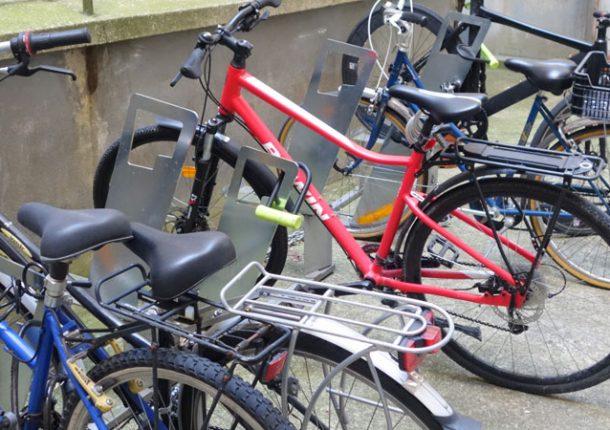 stationnement vélo dans une cour d'immeuble parisien
