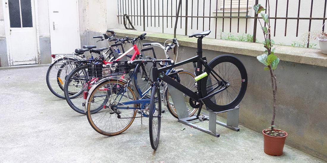 vélos stationnés dans une cour d'immeuble à Paris