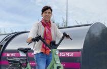 portrait de Corinne Verdier devant un box vélo pour l'article de l'Essor 42