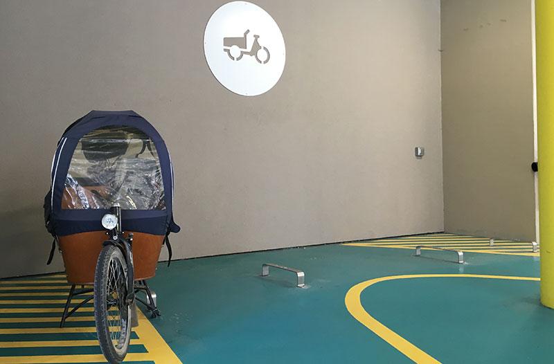 parking équipé d'arceaux pour les vélos cargos