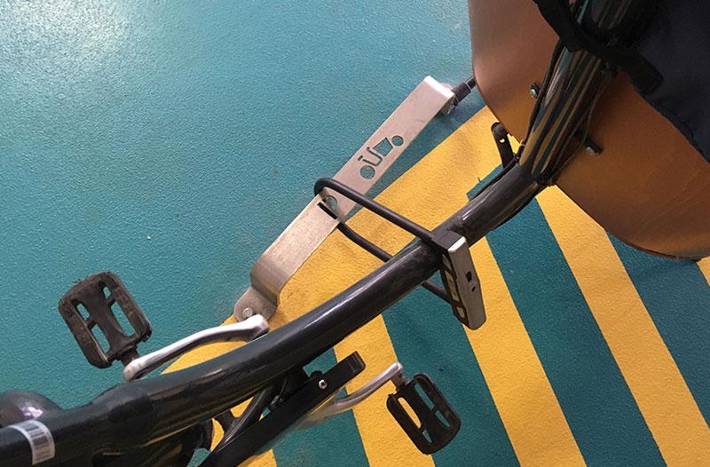 un biporteur attaché à un arceau vélo cargo avec un antivol