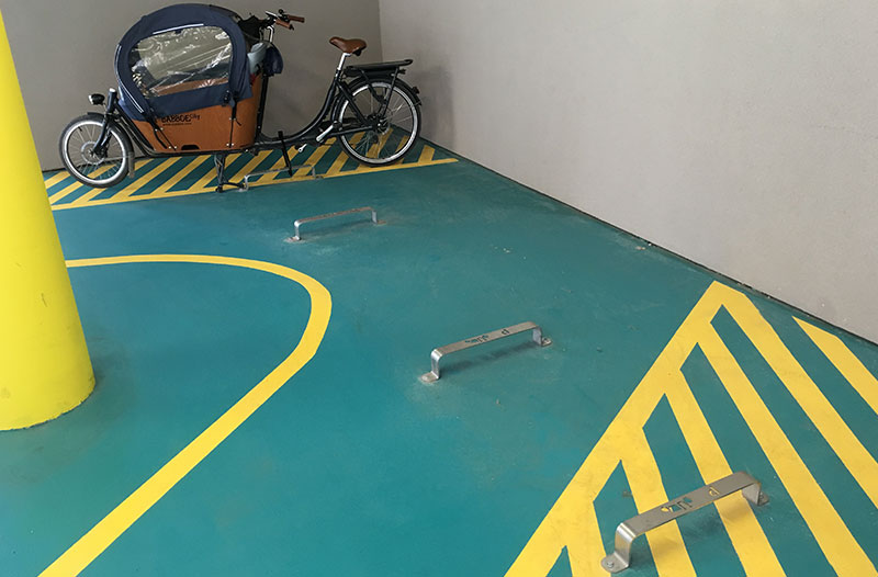 un vélo cargo stationné en vélostation