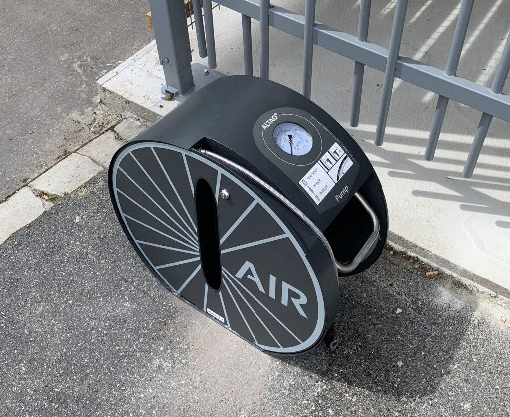 station de gonflage vélo ALTAO Pump devant un des parcs de stationnement vélos de Paris Saclay