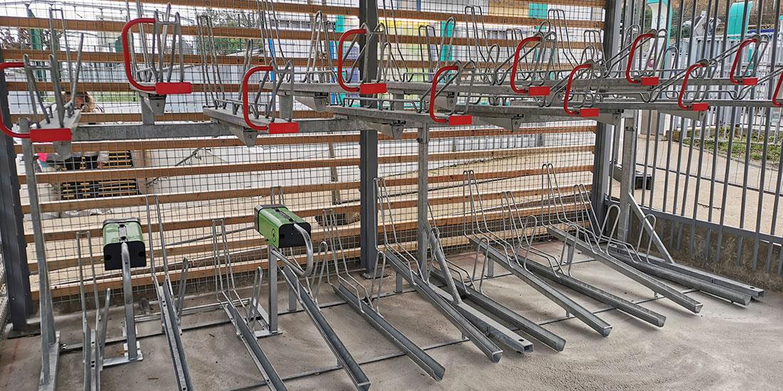 racks de stationnement vélo double-étage et bornes de recharge électrique